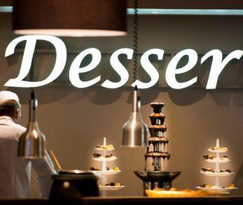 Notre Chef cuisinier dressant le buffet desserts